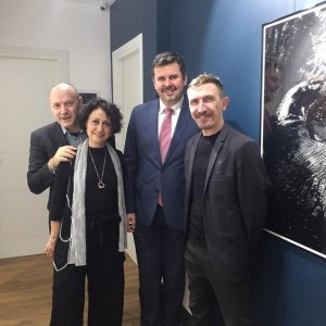 Polish photographer Edmund Kurenia shows his work to the director of the Polish Institute in Rome, along with Simona Ottolenghi and Roberto Gabriele